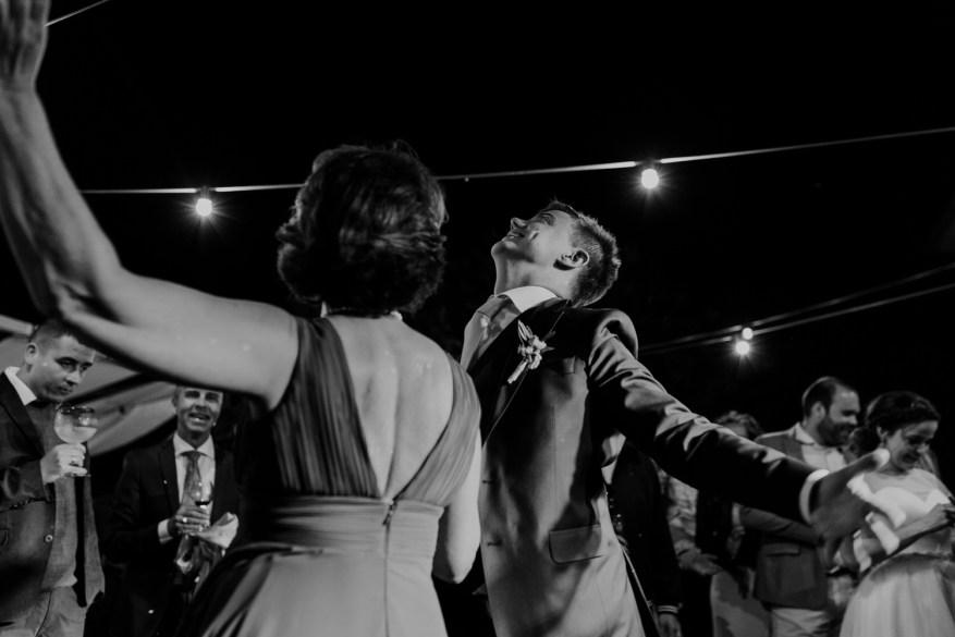 noivo dança com a mãe