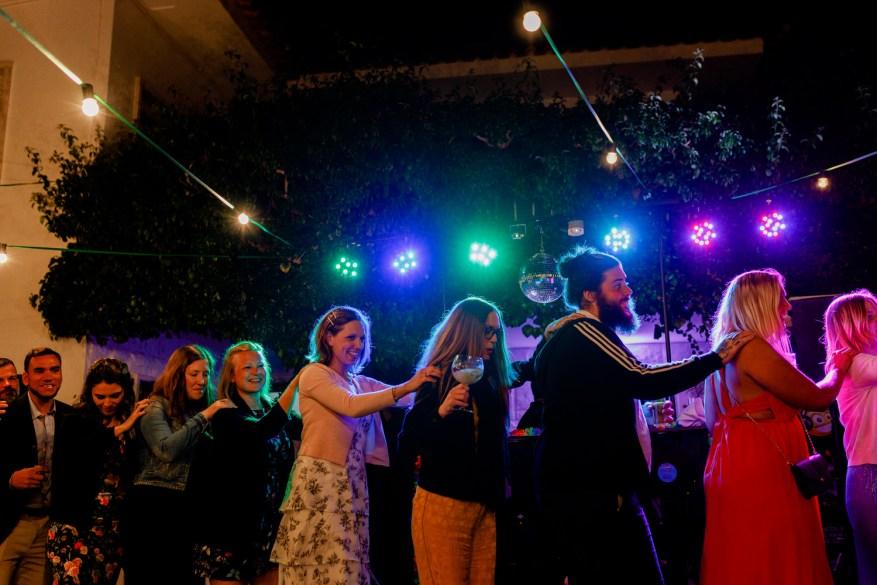 convidados de casamento dançam em comboio no jardim da quinta casa portuguesa