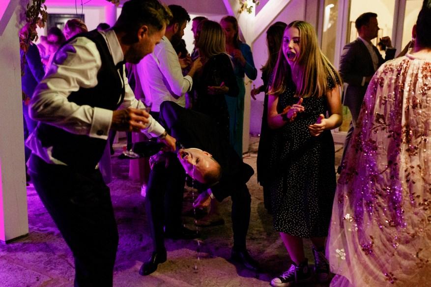 wedding guests drink alcool