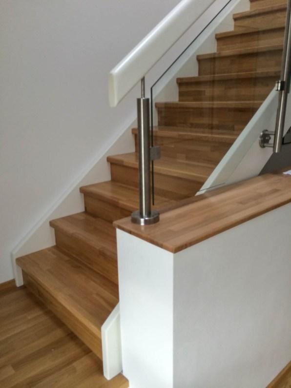 Treppe mit Eichentrittstufen, weiß lackierten Wangen und seitlichem Glasgeländer