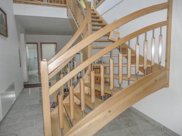 Beidseitig eingestemmte Treppe aus Buchenholz mit Edelstahlsprossen und Zierelementen aus Holz