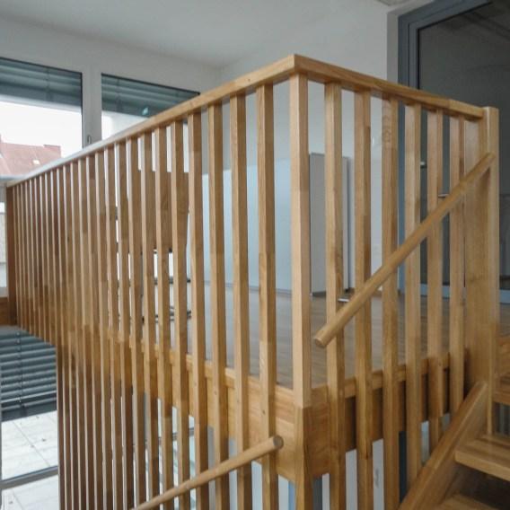 Treppe aus Eichenholz mit Zwischenpodest und seitlich aufgesetzten Geländer