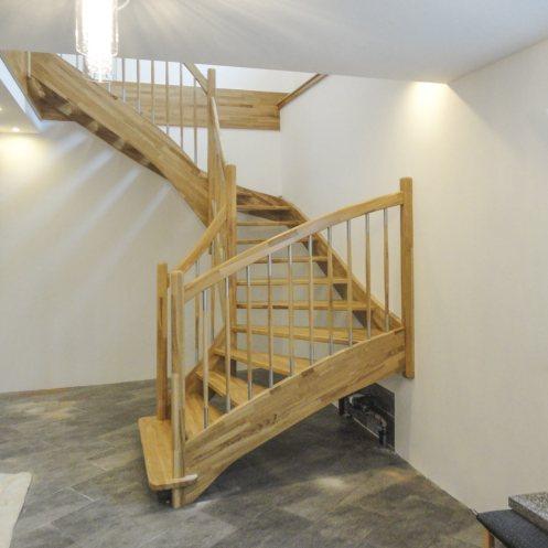 Treppe aus Eichenholz mit Blockstufe und Sprossen mit Edelstahlelementen