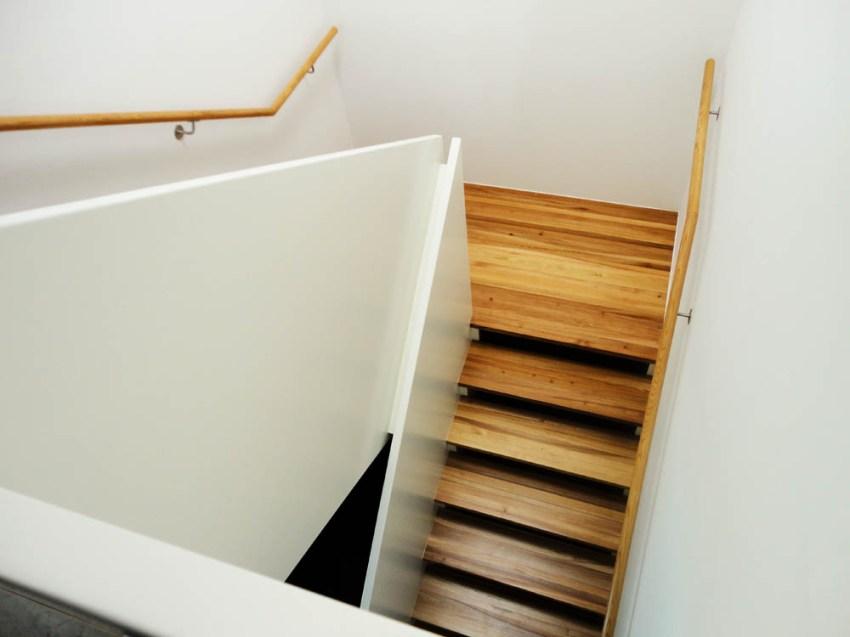 Aufgesattelte Podesttreppe aus Rüste