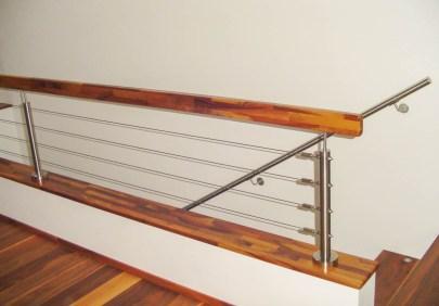 Geländer mit Edelstahlseilsystem und Handlauf aus Nussholz