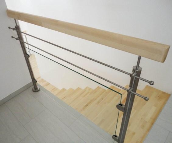 Geländer aus Edelstahl mit Sicherheitsglas und Handlauf aus Ahornholz