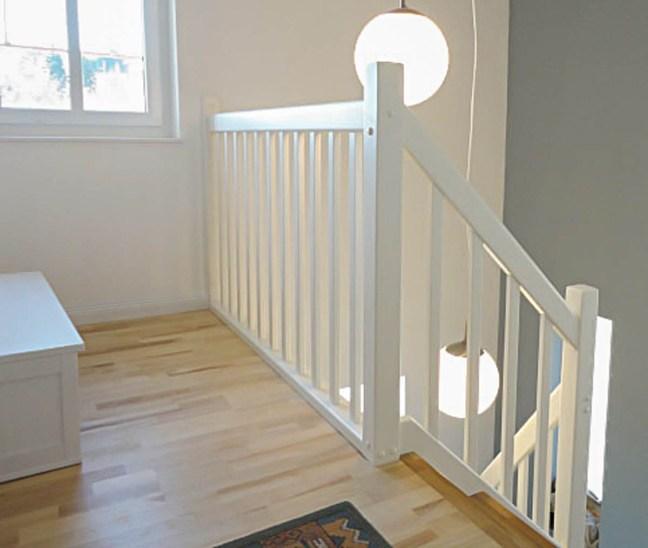 Weiß lackiertes Geländer