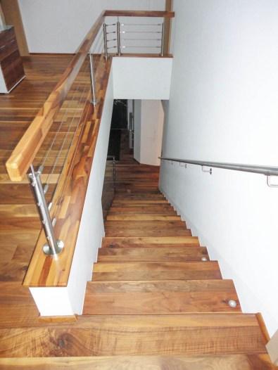 Trittstufen aus Nussholz mit Geländer aus Edelstahlseilsystem