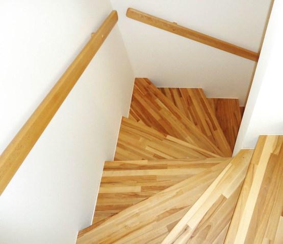 Stufen aus Buchenholz mit Wandhandlauf