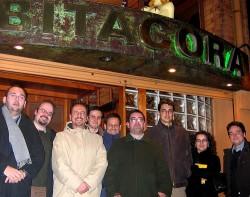 Foto de grupo en la puerta del Bitácora