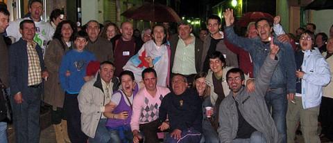 Socorro Cea, en el centro y con la bandera sobre los hombros, celebrando el triunfo del Bloque en Melide