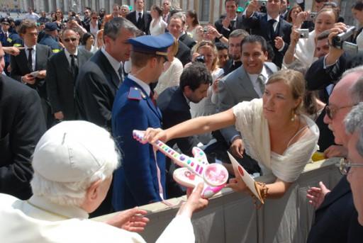 Facendo entrega de Luciana ao Papa