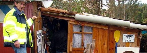 Ángel Martínez amosando o caseto onde viviu