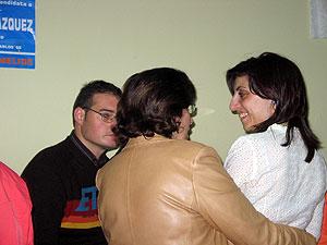 Ángeles Vázquez, derecha, charlando con sus compañeros de partido