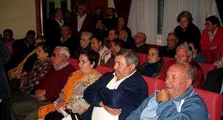 El debate suscitó el interés de un nutrido grupo de vecinos