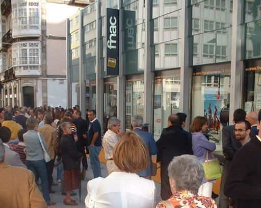 A xente agardando para entrar na FNAC para a súa inauguración