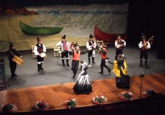 Miki e Noelia Varela e Suso Sánchez con Eva Balboa bailan ao son de Os Melidaos