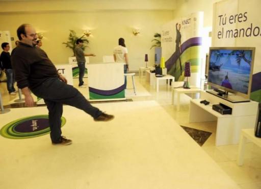 Marcus Fernández xogando a Kinectimals