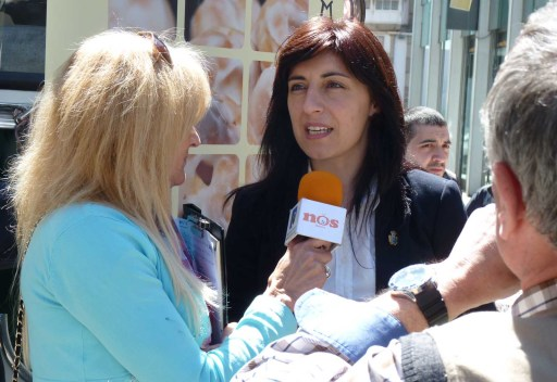 Ángeles Vázquez falando cos medios