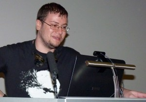 Un seareiro de Firefly facendo unha pregunta por Skype ao guionista de comics Greg Rucka