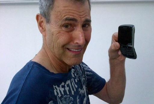 Uri Geller cun BlackBerry dobrado