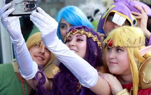 cosplayers facendo un selfie