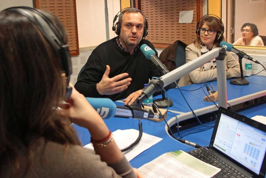Wicho e Fátima falando con Cristina García no programa A Tarde da Radio Galega