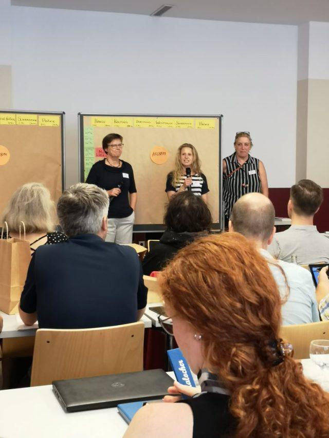 Die Organisatorinnen eröffnen das Barcamp