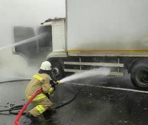 Lastikten çıkan kıvılcımlar kamyonu yaktı
