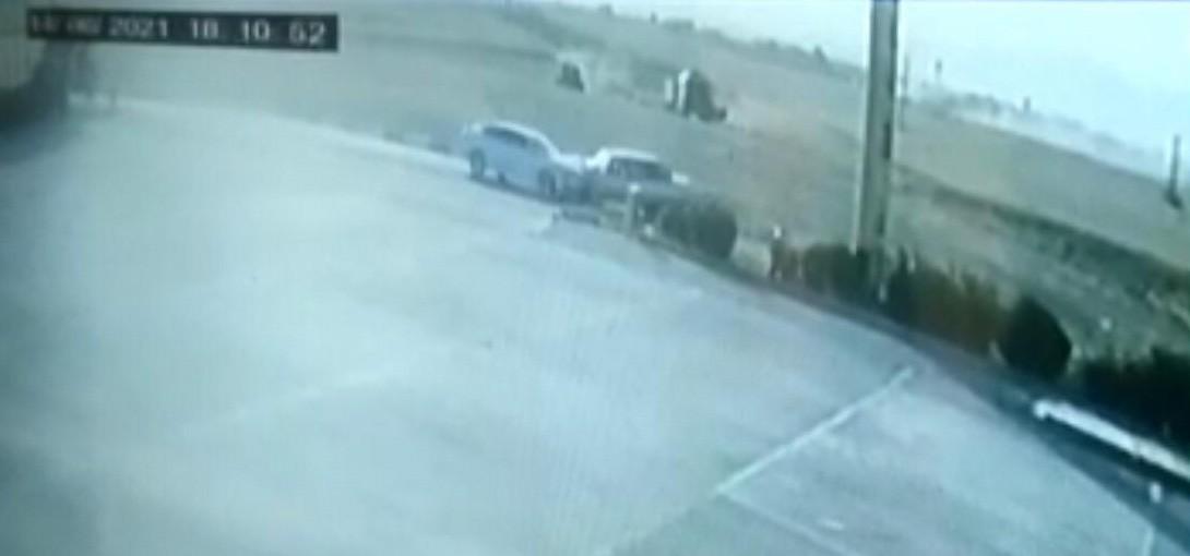 Mardin'de otomobillerin kafa kafaya çarpışma anı güvenlik kamerasında