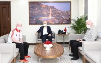 Görme engelli atlet Yusuf, sevincini Mardin Valisi Demirtaş ile paylaştı