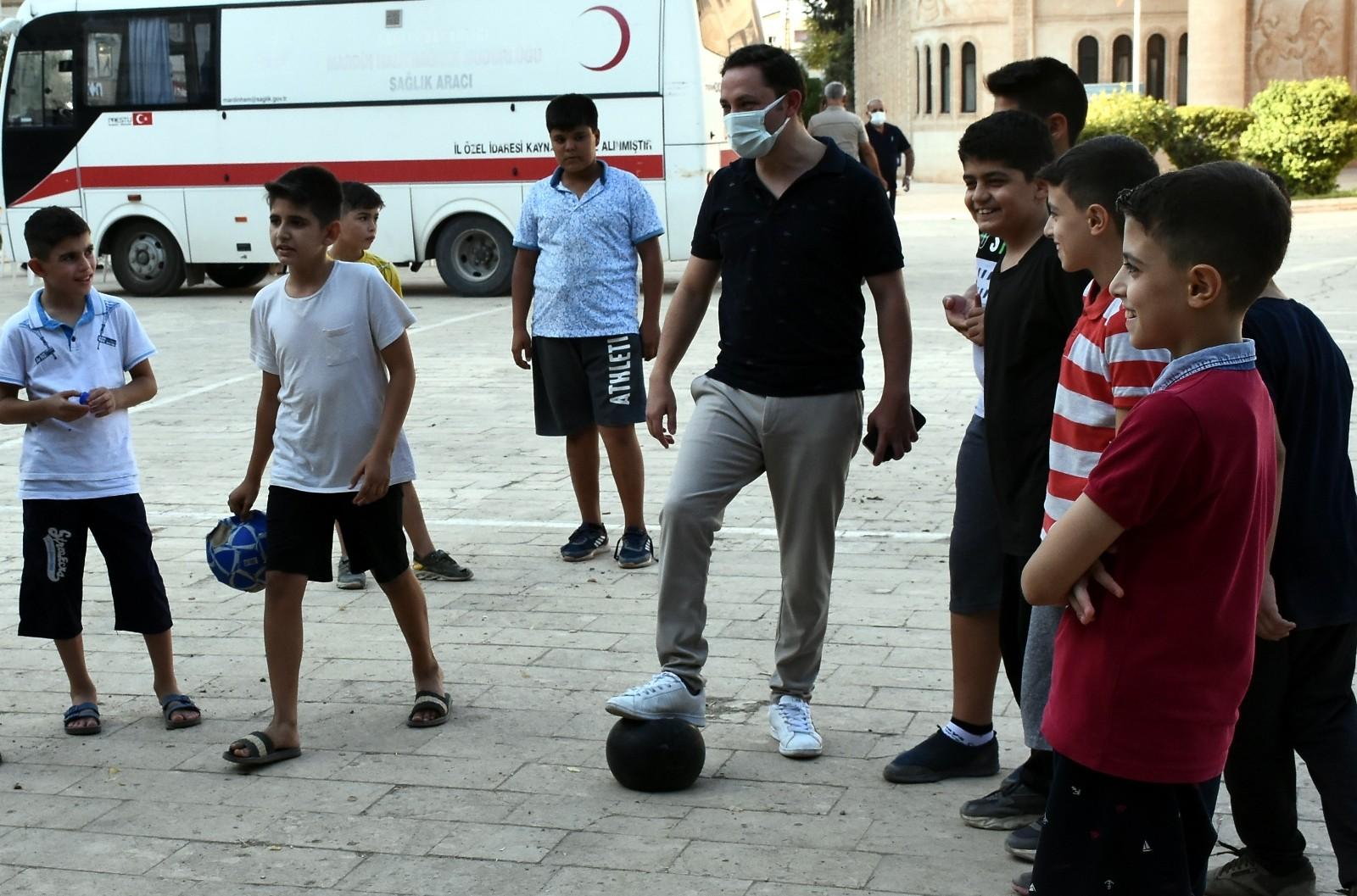 Nusaybin Kaymakamı Kayabaşı çocuklarla top oynadı