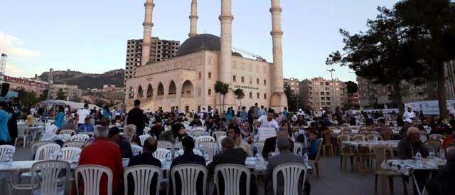 Vatandaşlar birlikte iftar açtı