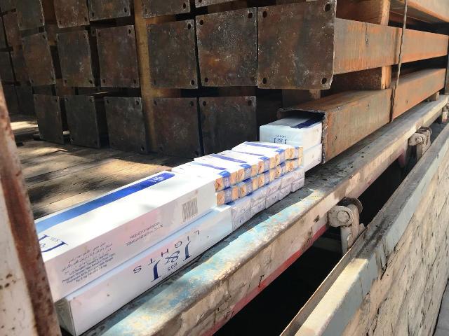 Kaçak sigaraları demir profillerin içine gizlemiş