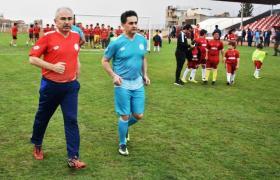 Efsane futbolculardan gençlerle maç