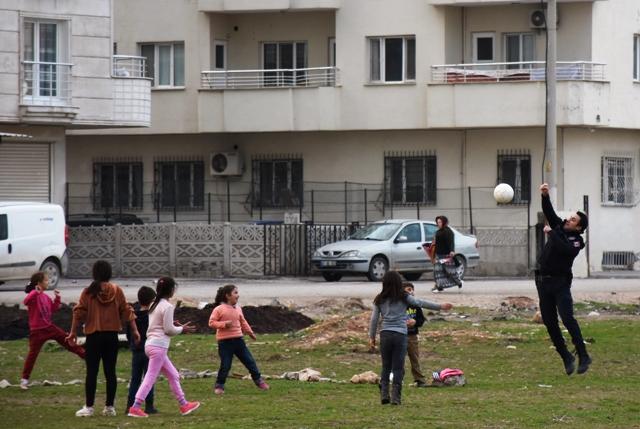 Nusaybin'de polis, çocuklarla futbol oynadı