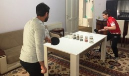 Milli masa tenisçi, yemek masasında antrenmanla form tutuyor