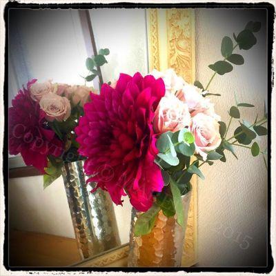 アロマスクール修了とIFA試験の終了の自分への御褒美に、お気に入りの花屋さんでお花を買ってきて簡単アレンジメント。いつもなら買わないダリアを奮発してプチ贅沢気分♡