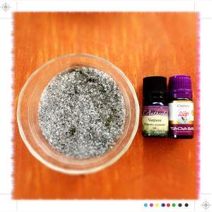 お風呂用に「月華竹炭パウダー&エプソムソルト&精油」を作りました。今回の精油はベチィバーとシストローズ。テーマは「浄化とリラックスと自分軸」#aromatherapy
