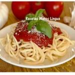 Receta de espaguetis con salsa de tomate y albahaca.