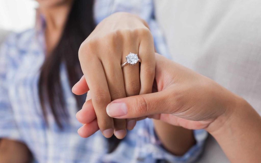 pareja luciendo anillo de pedida - donde esconder el anillo de compromiso