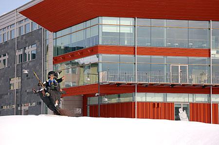 Min dubbelgångare som rondellhäxa utanför kulturhuset i Luleå