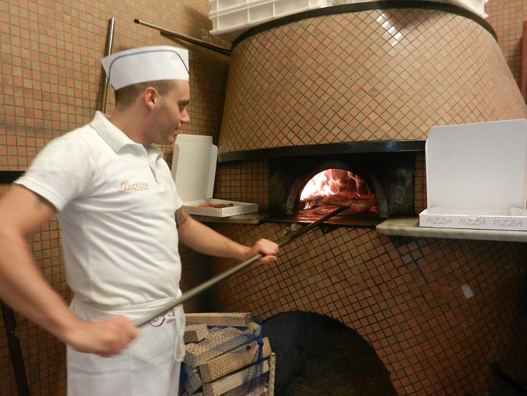 Pizza maker in Napoli - Margie-Miklas