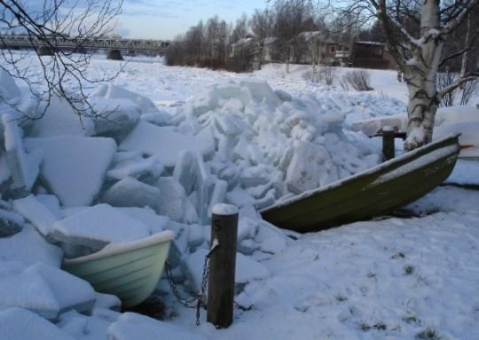 Die Strömung hat Eisschollen ans Ufer gedrückt