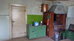Die Spüle jetzt, mit Kupferbehälter und Backofen/Holzherd
