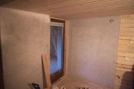 Die neuen Wände sind schon das erste Mal verputzt, rechts sieht man noch das Gitter, das an den Brettern befestigt wird, damit der Putz an der Wand hält