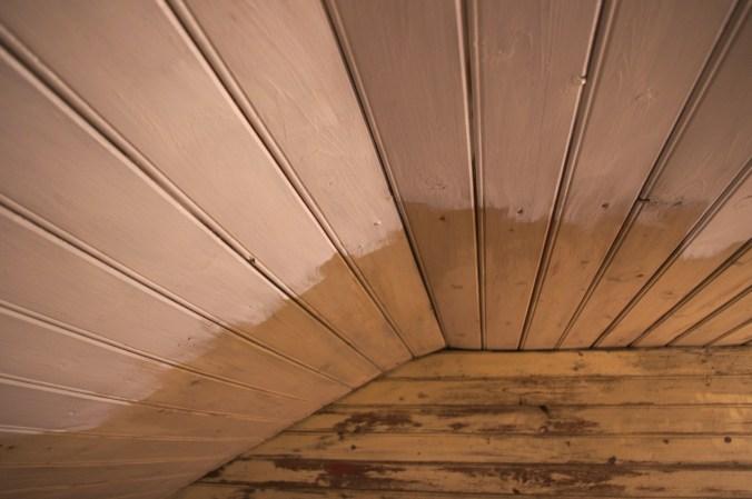 Die alte Decke oben, teilweise schon neu angemalt