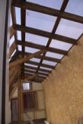Das Dach von innen und die Nordwand, die von innen mit einer Sperrholzplatte verkleidet ist