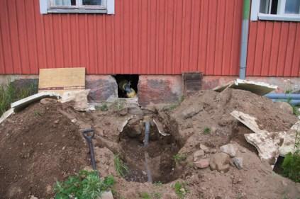 Die Grube, um das Abflussrohr auszutauschen. Hier ist schon das neue dickere Rohr eingebaut