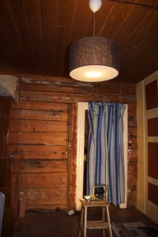 Die Wand zur Küche im Schlafzimmer, noch ohne Spannkarton.